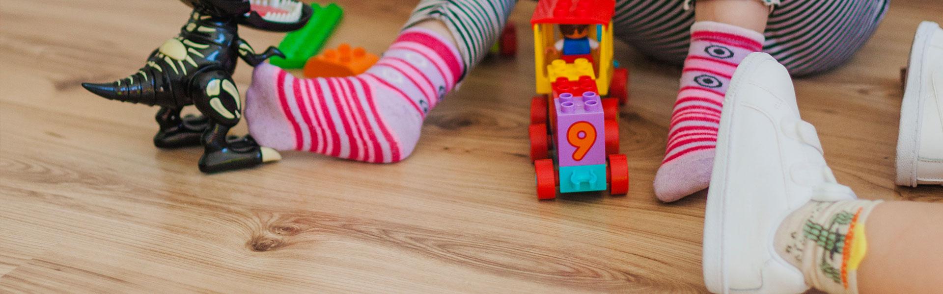 Kinder beim Spielen auf dem Fussboden