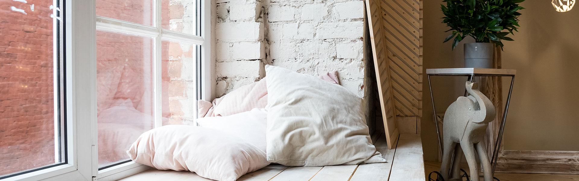 Gemütliches und breites Fensterbrett mit Kissen